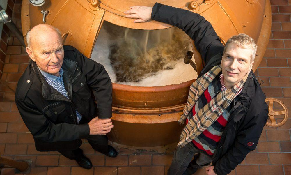 Владелец пивоварни Klosterbrauerei Neuzelle Штефан Фритше со своим отцом Гельмутом. Фото: Christian Jungeblodt для Guardian