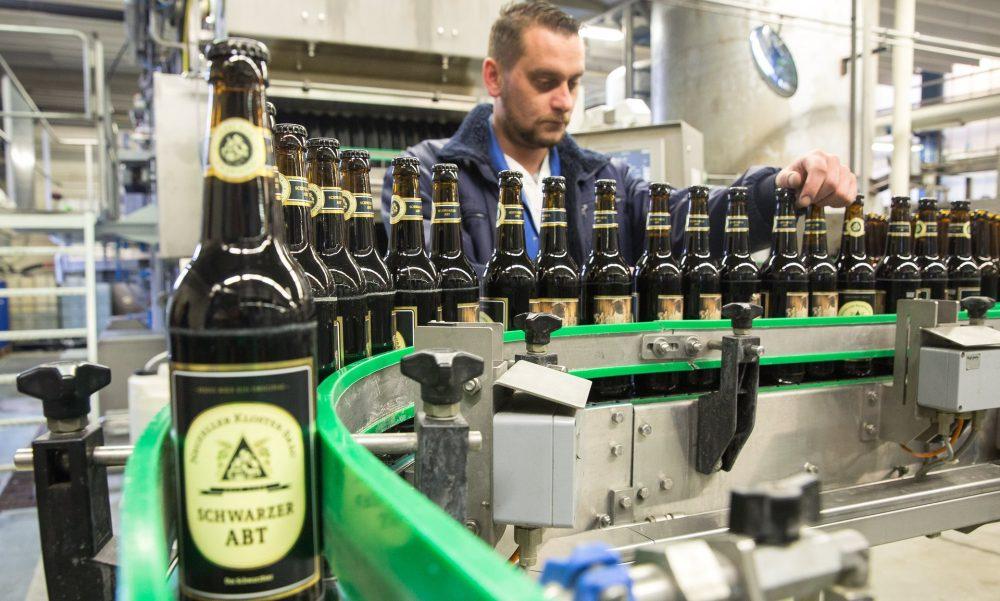 Пиво Klosterbrauerei Neuzelle Schwarzer Abt (Black Abbot). Фото: Christian Jungeblodt для Guardian