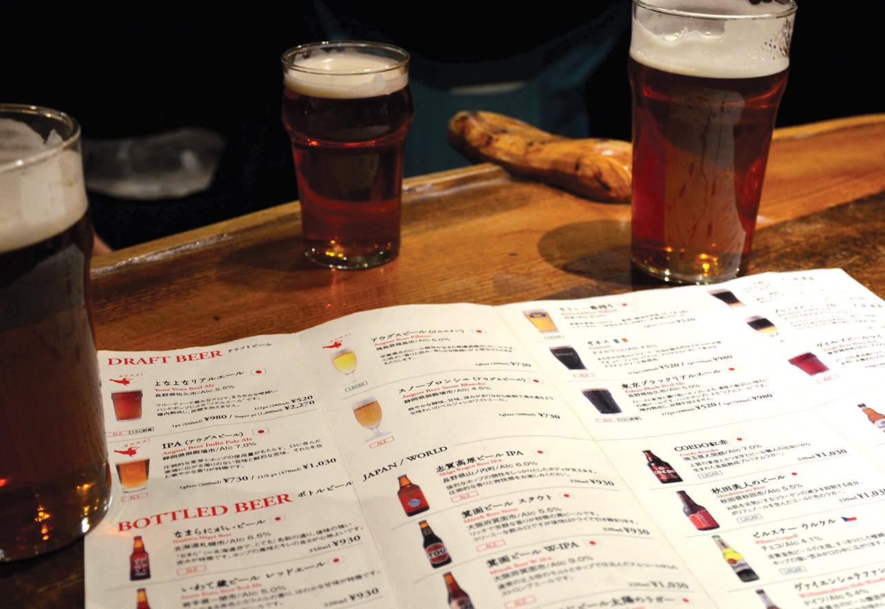 Меню крафтового пива в barBAR Tokyo. Фото: Tyler Rice