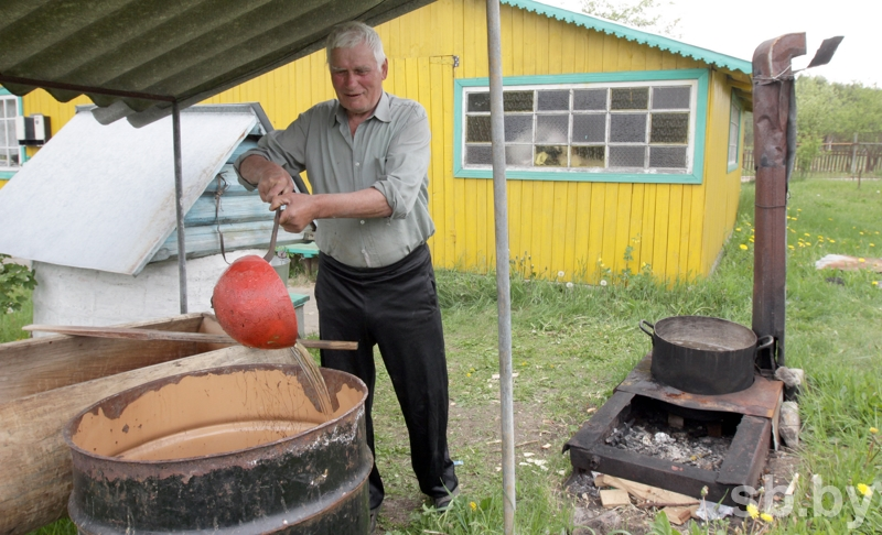 Импровизированная пивоварня у Михаила Михайловича умещается на небольшом пятачке приусадебного участка. Фото: Виталий Пивоварчик