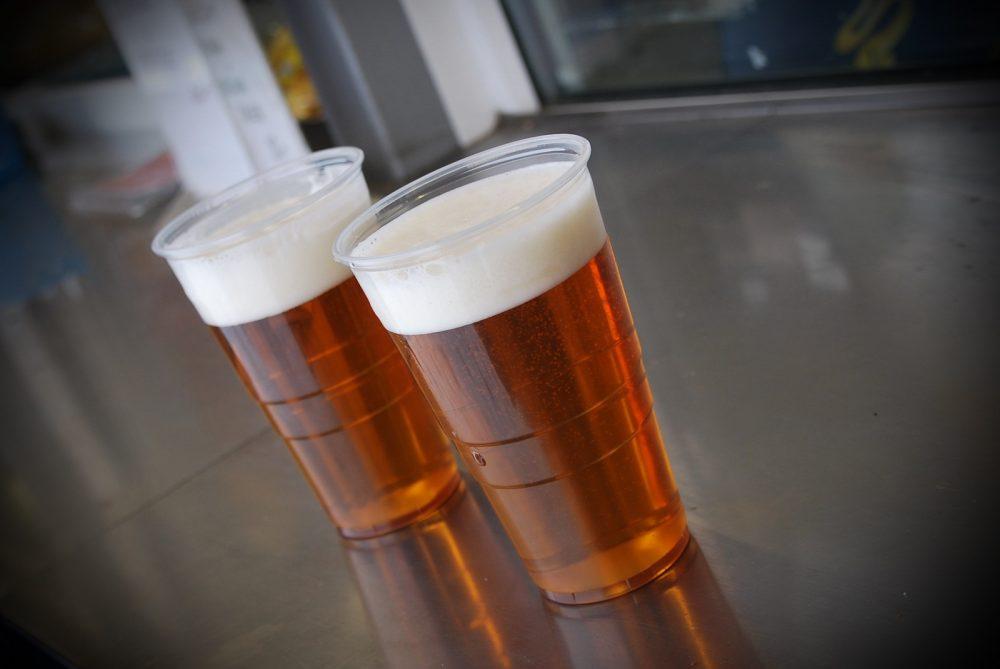 Пиво в пластиковом стакане