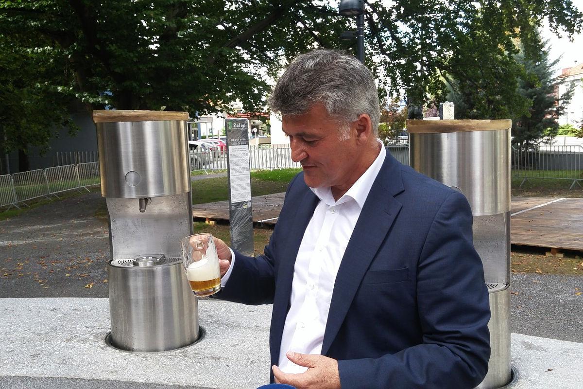 Мэр города Жалец Янко Кос на открытии «пивного фонтана». Фото: Lea Komerički