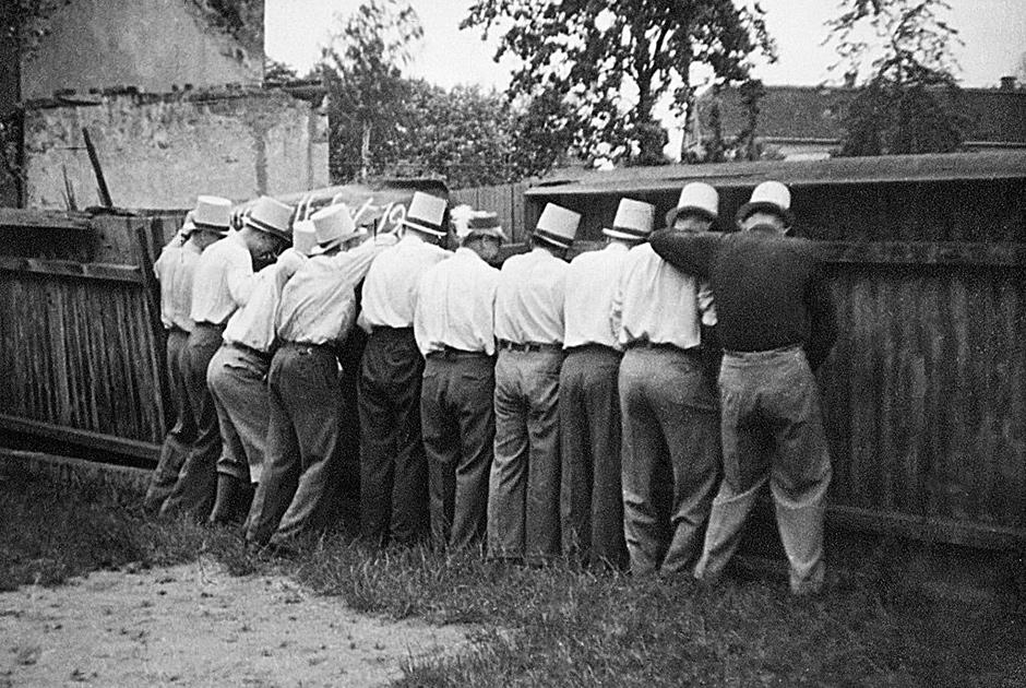 Рьяные участники Октоберфеста коллективно мочатся у деревянного забора, 1955 год. Фото: Jonathan Kirn / Corbis / Getty Images