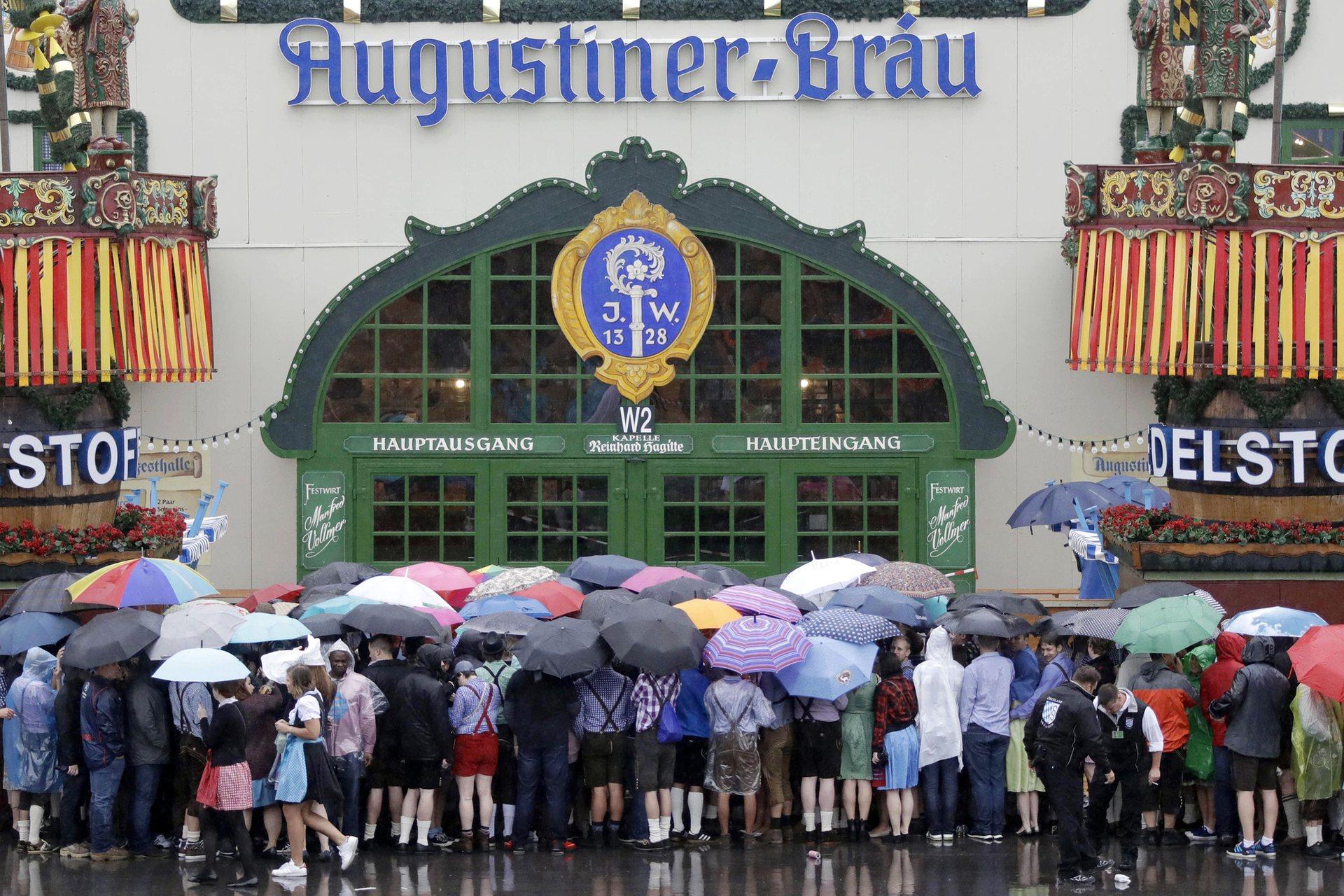 Очередь в день открытия «Октоберфеста». Фото: Matthias Schrader/AP