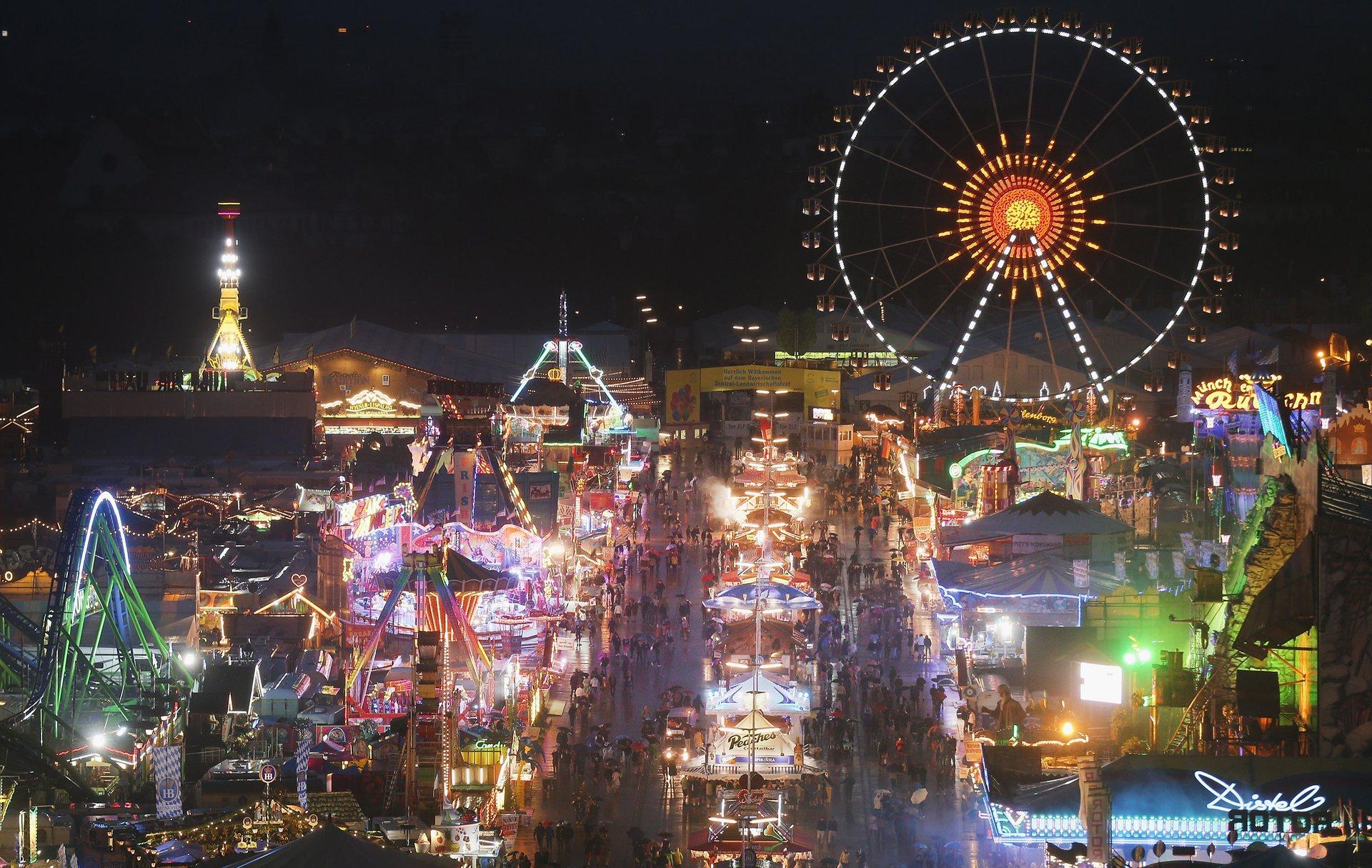 Фестивальная площадка ночью. Фото: Johannes Simon/Getty Images