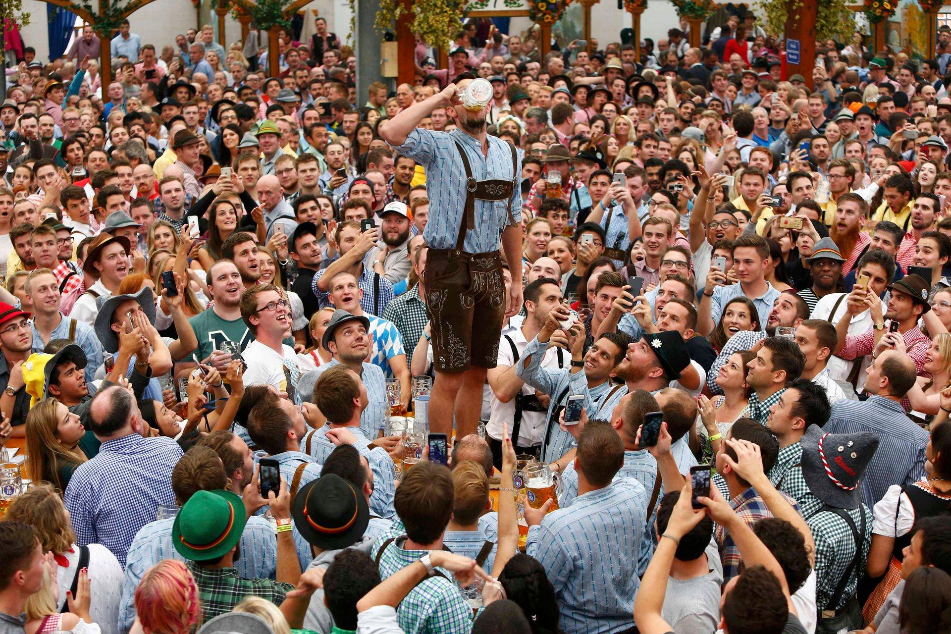 В среднем, каждый посетитель «Октоберфеста» выпивает 7,7 литров пива. Фото: Michaela Rehle/Reuters