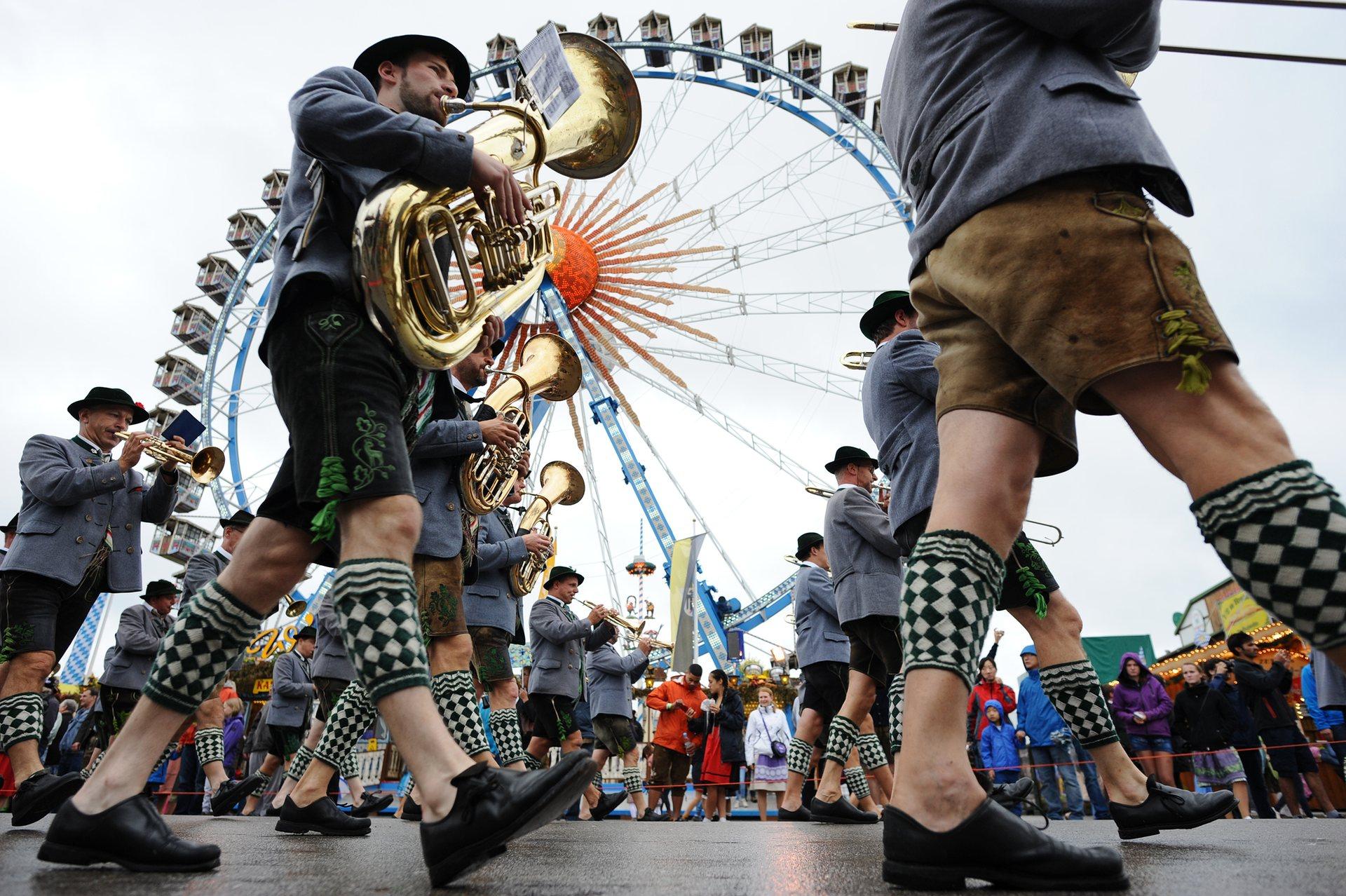 Музыканты в традиционных баварских костюмах. Фото: Picture-Alliance/Barcroft Images