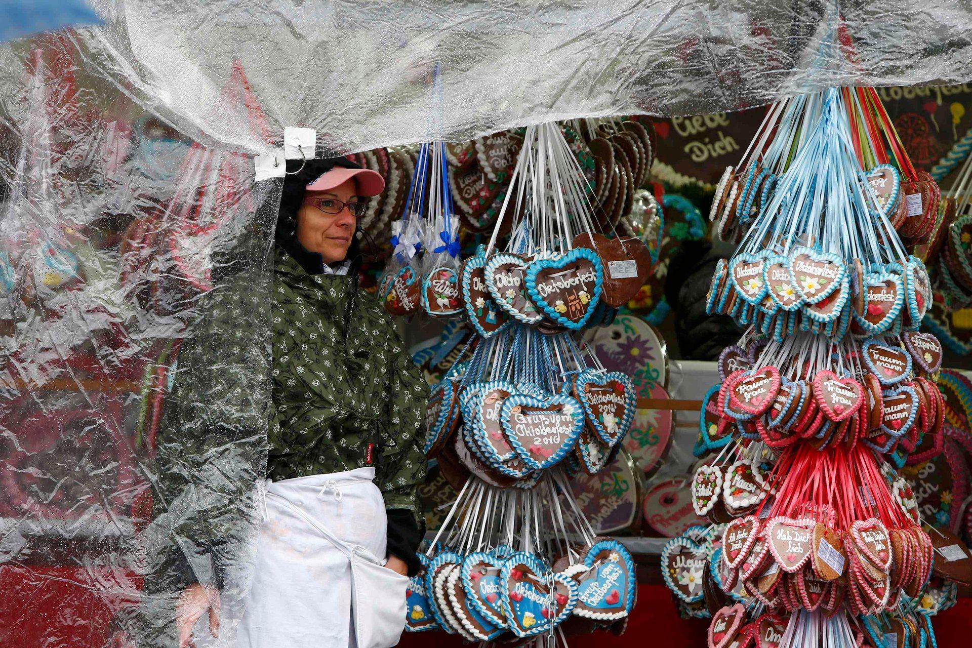 Кроме пива, можно купить различные сувениры и сладости, в том числе имбирные пряники. Фото: Michaela Rehle/Reuters