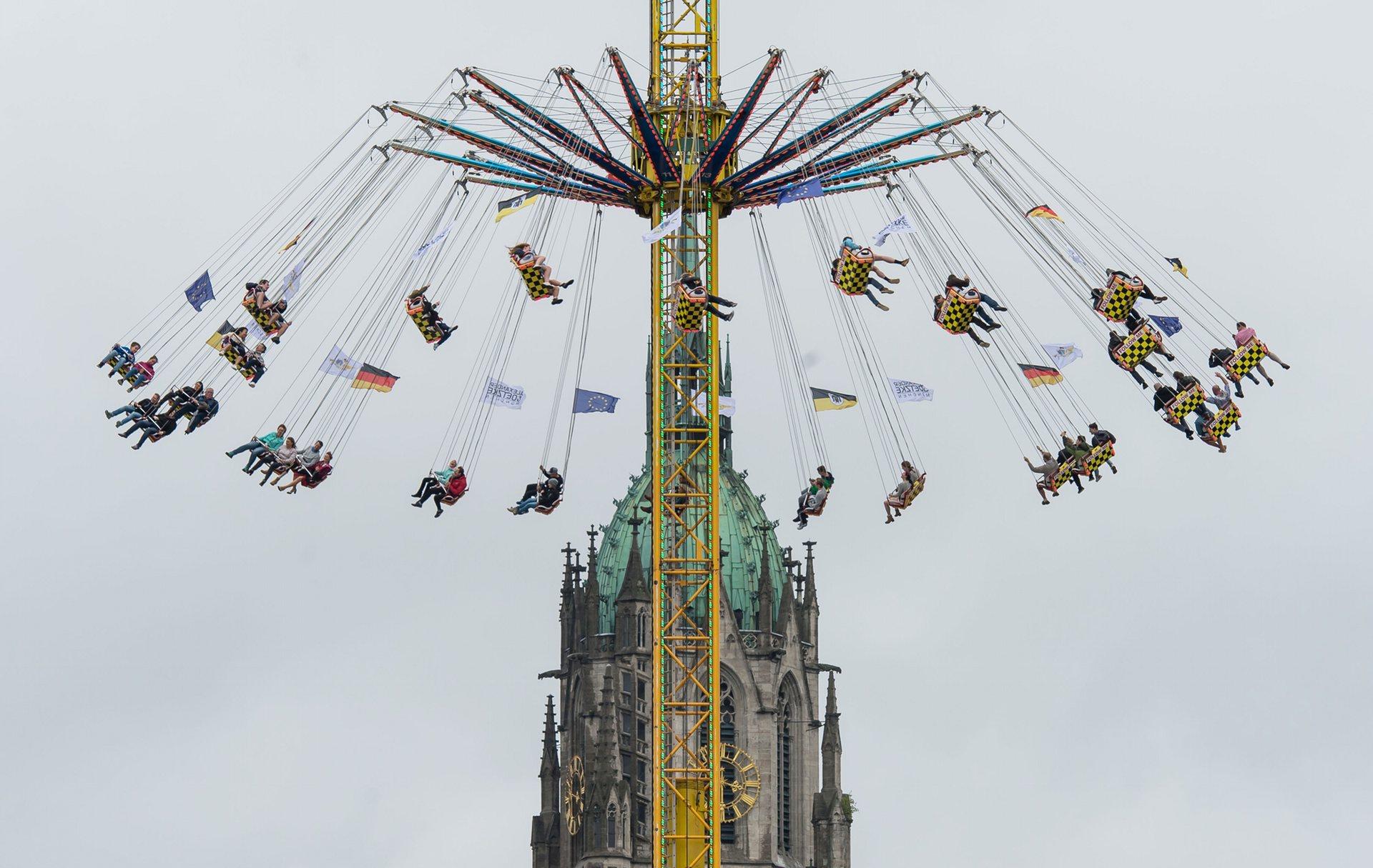 Посетители фестиваля могут прокатиться на аттракционах. Фото: Joerg Koch/Getty Images