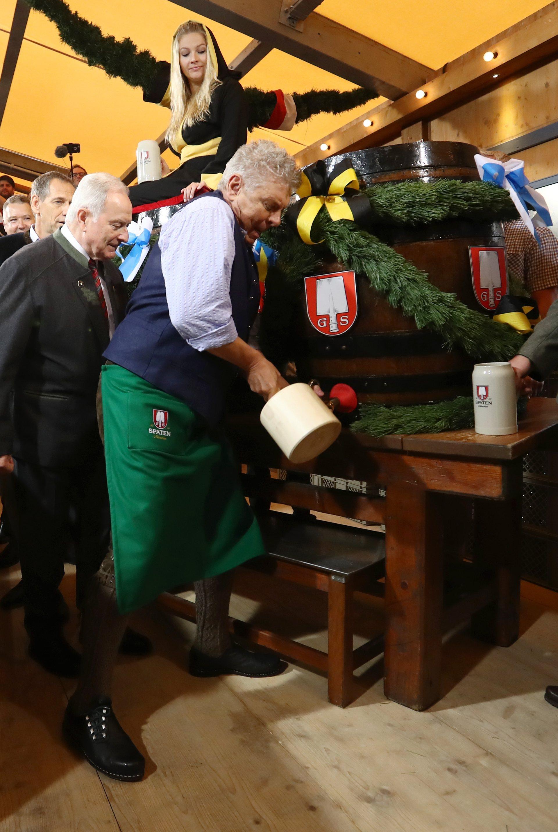 Обер-бургомистр Мюнхена Дитер Рёйтер открывает первый бочонок с пивом на «Октоберфесте». Фото: Alexander Hassenstein/Getty Images