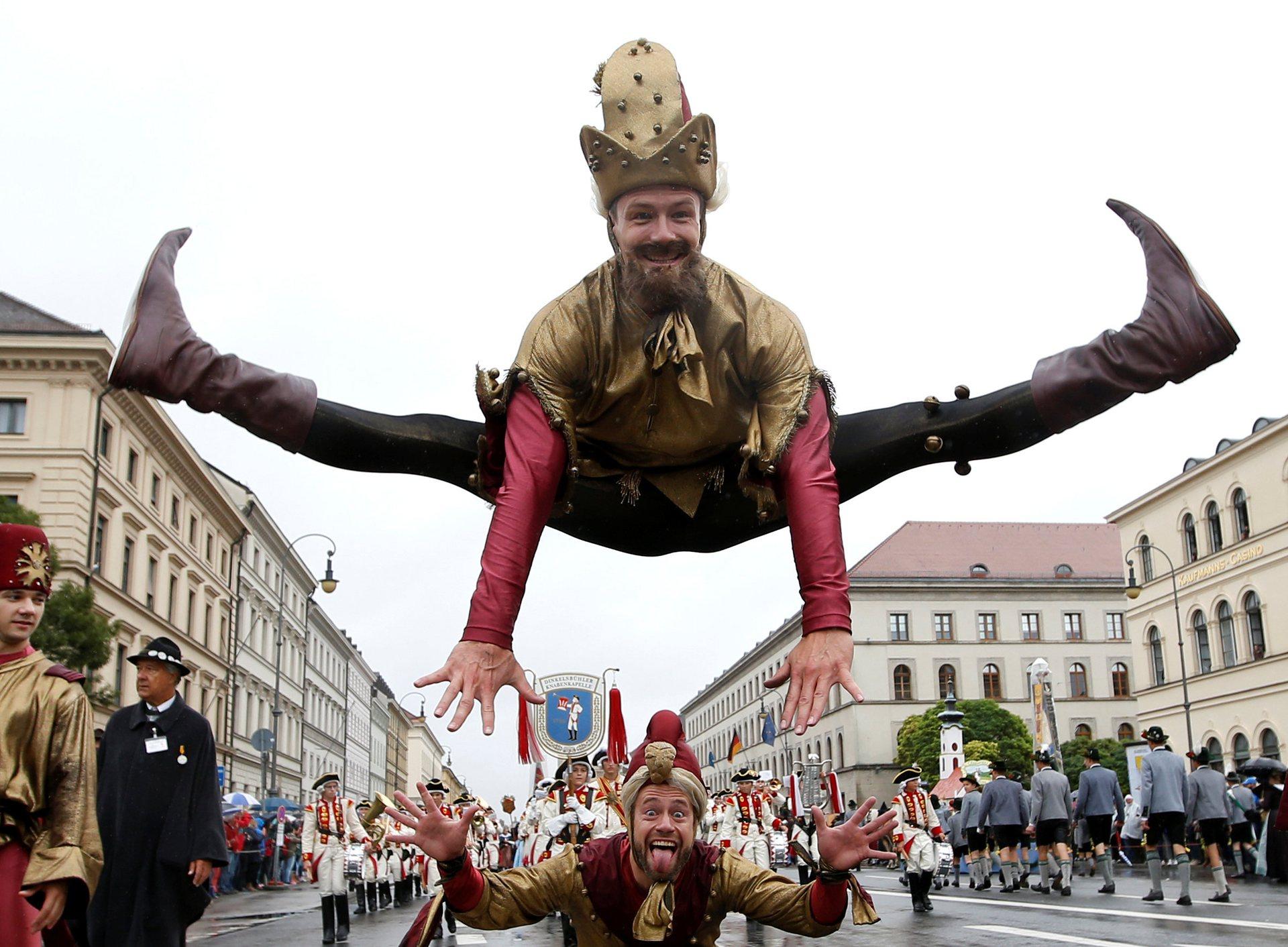Акробаты на параде. Фото: Michaela Rehle/Reuters