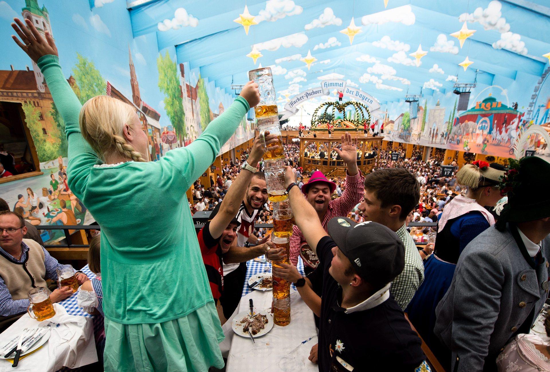 Местные называют «Октоберфест» die Wiesn по названию территории, где проходит фестиваль — Theresienwiese (Луг Терезы). Фото: Matthias Balk/EPA