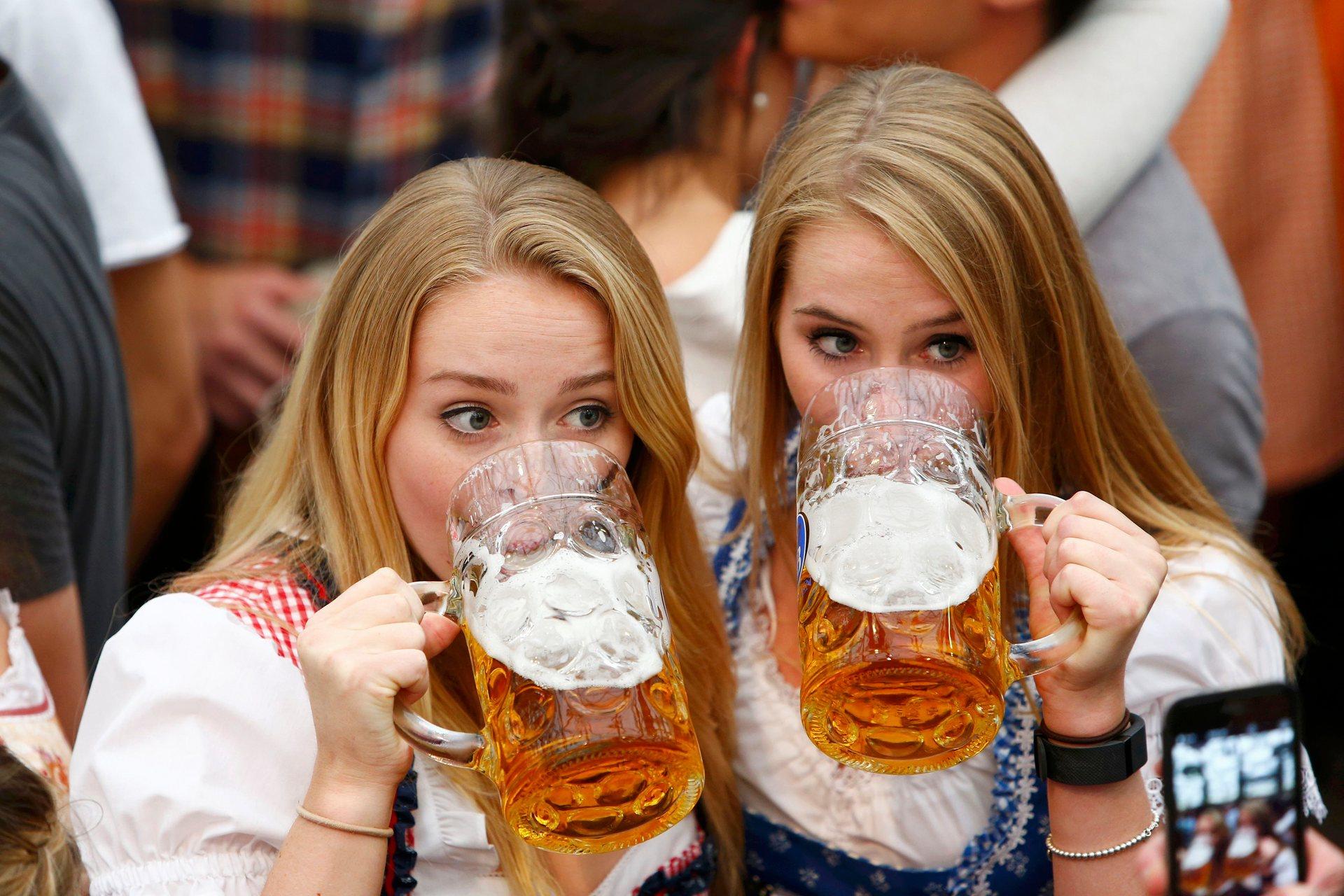 Девушки в традиционных баварских нарядах — также неотъемлемая часть фестиваля. Фото: Michaela Rehle/Reuters