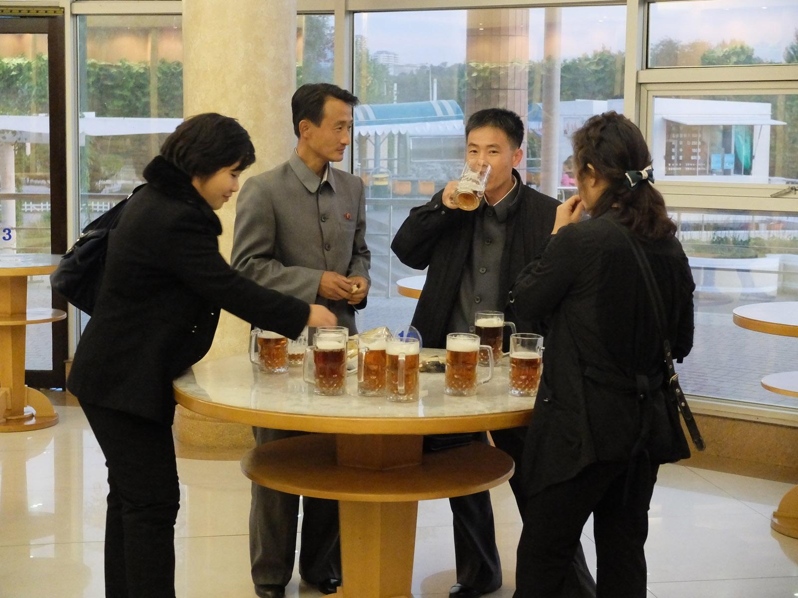Пивной бар Пхеньяне. Фото: Munchies