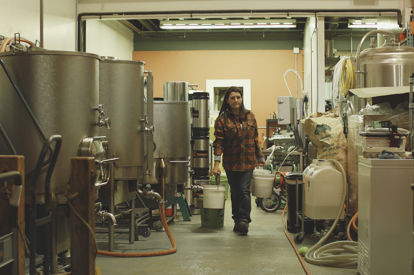 Аннетт Ли на пивоварне Throwback Brewing. Фото: New England Film