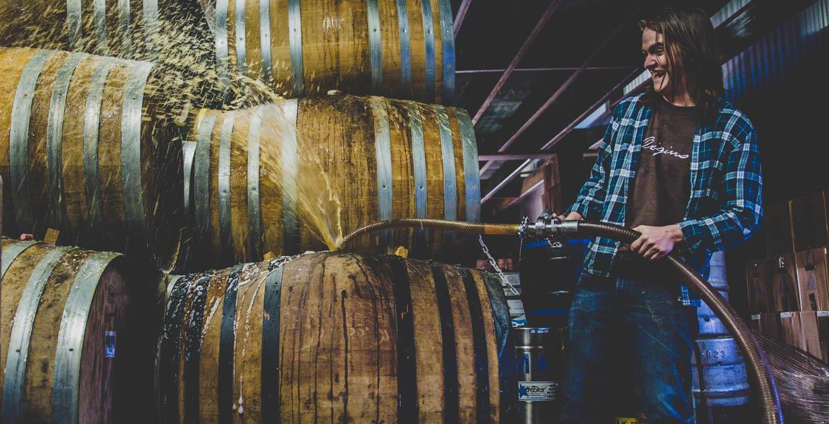 Перелив пива в бочки на пивоварне Jester King Brewery