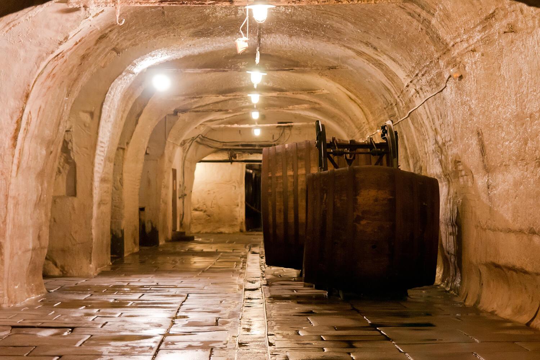 Подвалы с бочками на заводе Pilsner Urquell