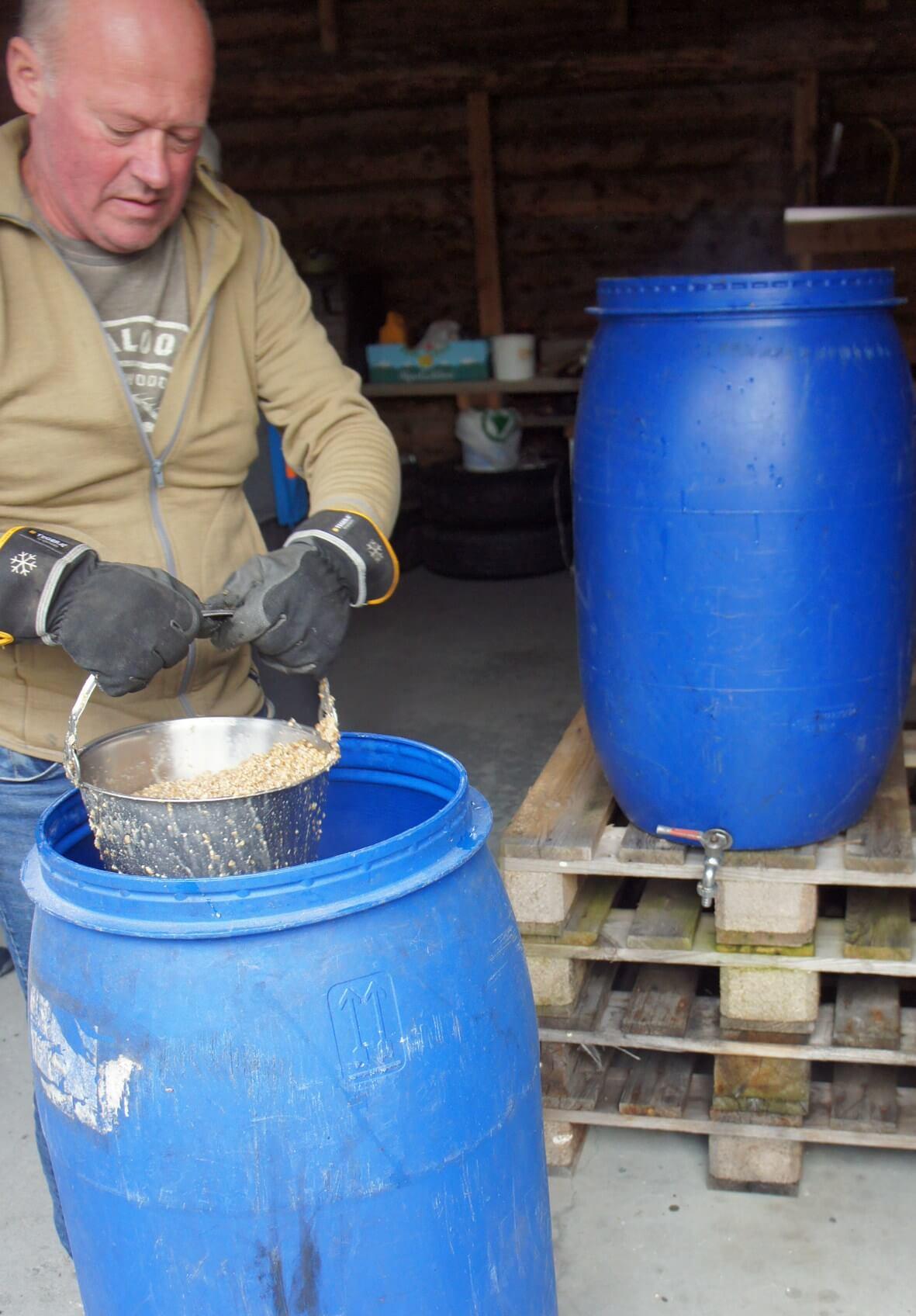 Стиг перекладывает зерно из заторного в фильтр-чан