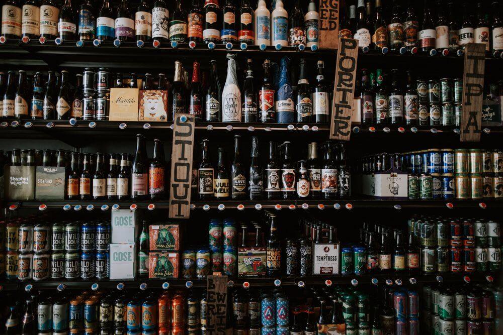 Бутылки с пивом в магазине