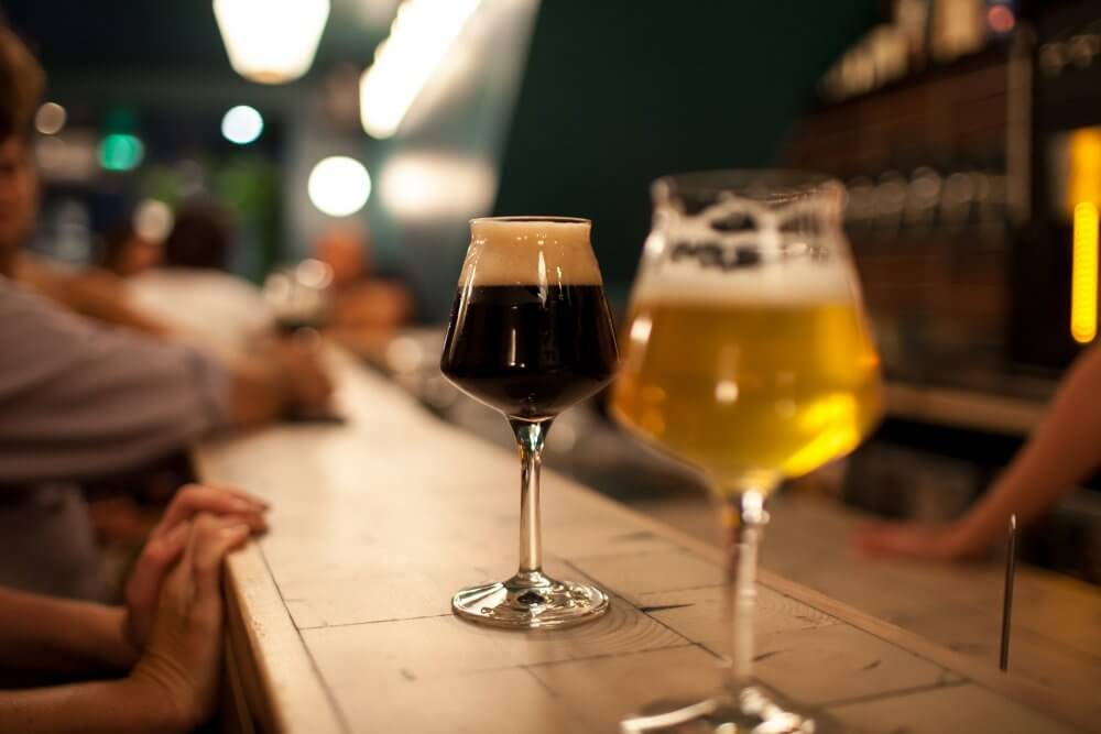 Бокалы пива в баре
