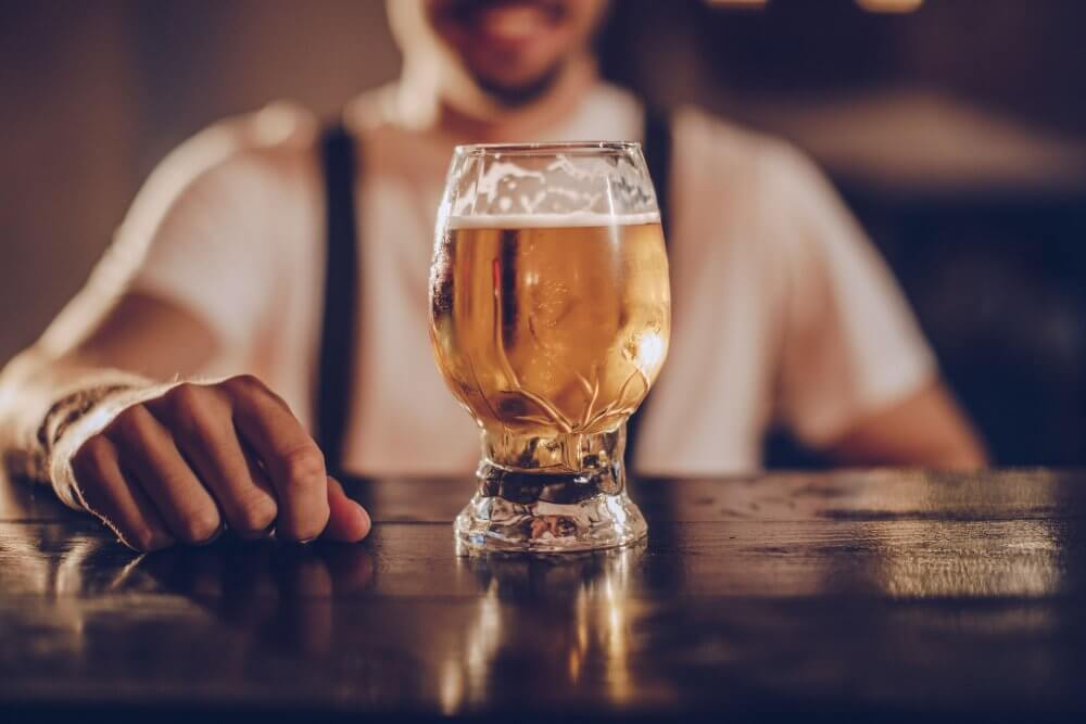 Человек с пивом